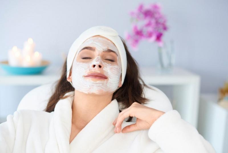 donna in relax maschera di bellezza applicata sul viso turbante accappatoio spugna bianco