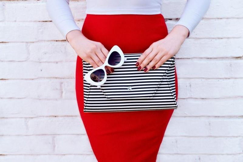 borsa donna pochette righe bianco nero occhiali bianchi gonna rossa