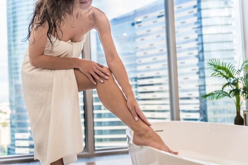 cura di bellezza donna telo spugna vasca bagno