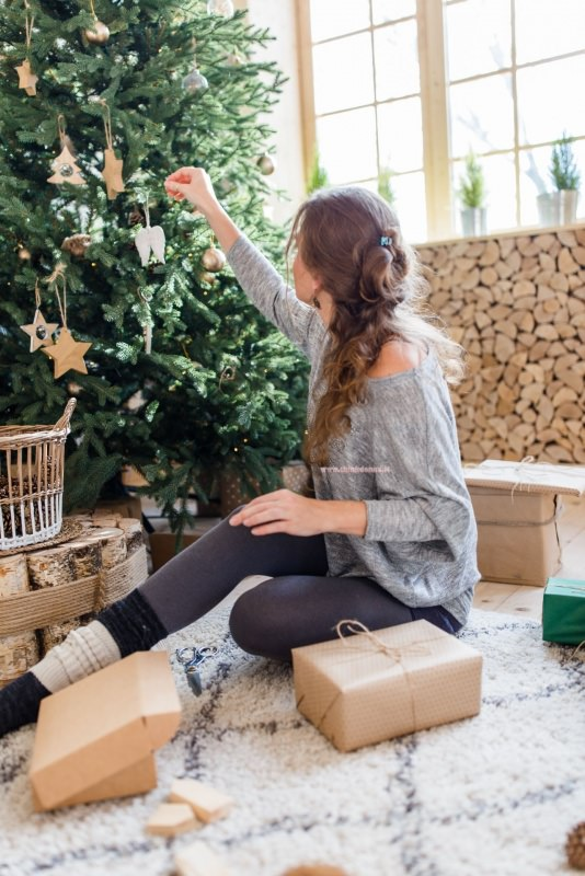 decorazioni legno su albero di natale minimal in stile scandinvo rustico pacchi regalo
