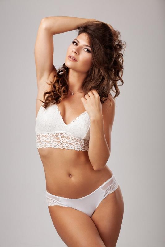 bella donna capelli castani elegante biancheria intima lingerie bianca