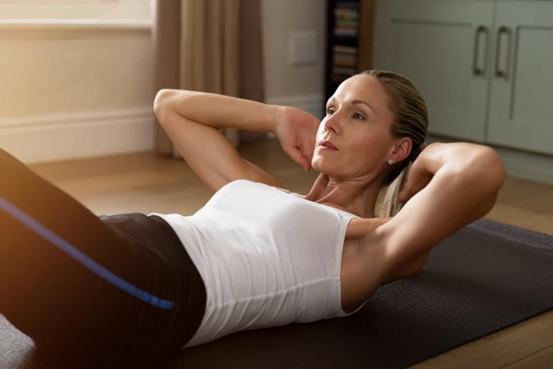 crunca addominale donna matura esercizio fisico in casa