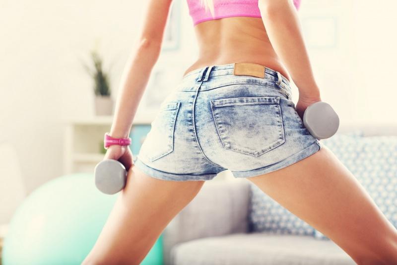 shorts jeans donna si allena con i pesi glutei