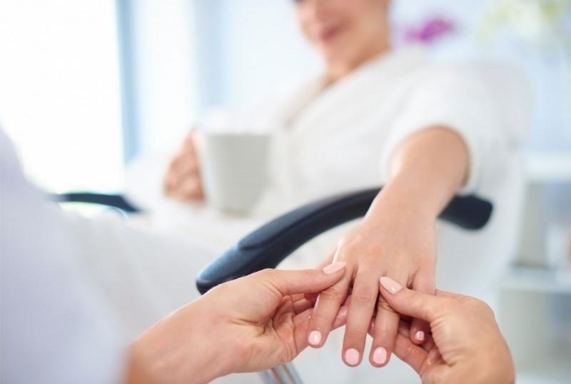donna fa manicure relax SPA