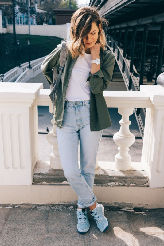 giovane donna t-shirt maglietta bianca giacca jeans sneakers azzurro street style