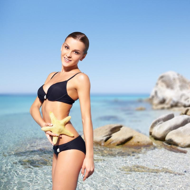 bella donna in bikini nero moda mare stella marina
