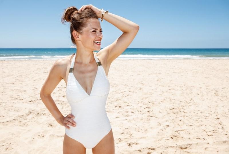 bella donna sorridente costume da bagno intero biano moda mare estate