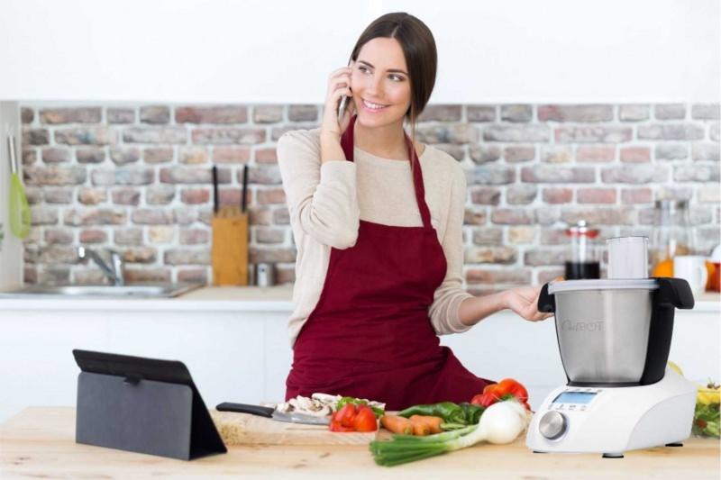donna robot da cucina multifunzione parla smarthphone cucinare
