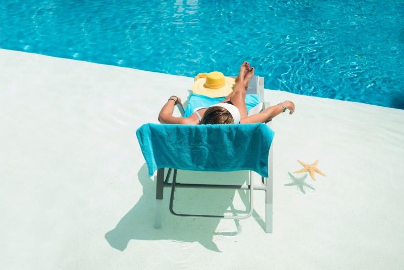 relax piscina donna sdraio telo spugna azzurro stella marina