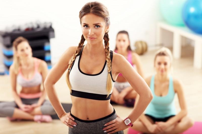 bellissima donna istruttrice fitness allieve palestra