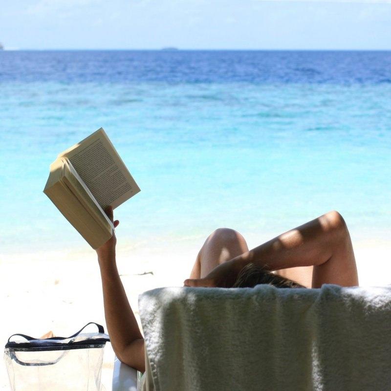 donna relax mare sdraiata consigli lettura libro estate