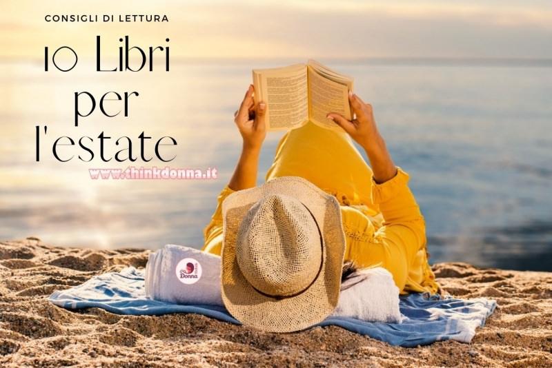 donna sdraiata sulla spiaggia al tramonto legge libro consigli di lettura