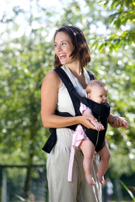 passeggiata all'aperto donna con bebè nel marsupio