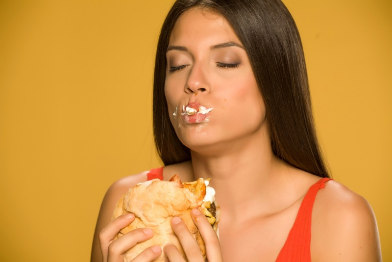 viso donna bella golosa mangia hamburger panino farcito