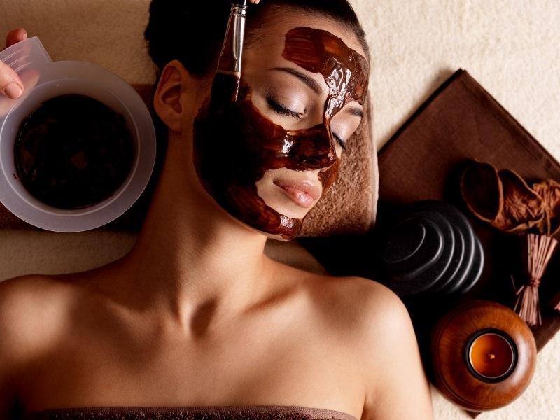 viso donna in relax con maschera al cacao applicata con pennello