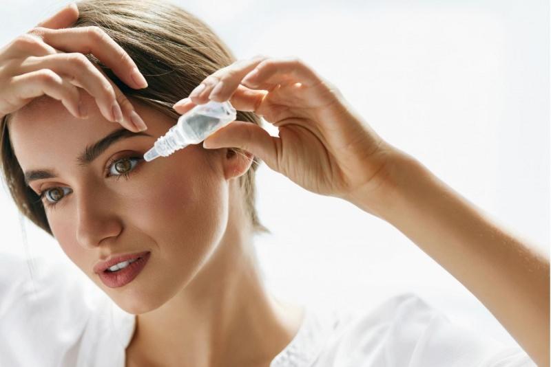 donna mette collirio lacrime artificiali gocce lacrimali