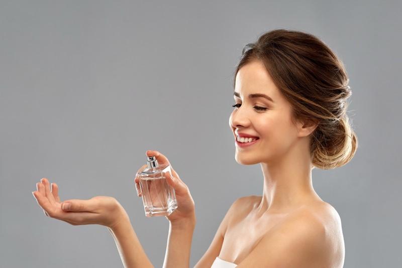 donna sorriso prova profumo su polso