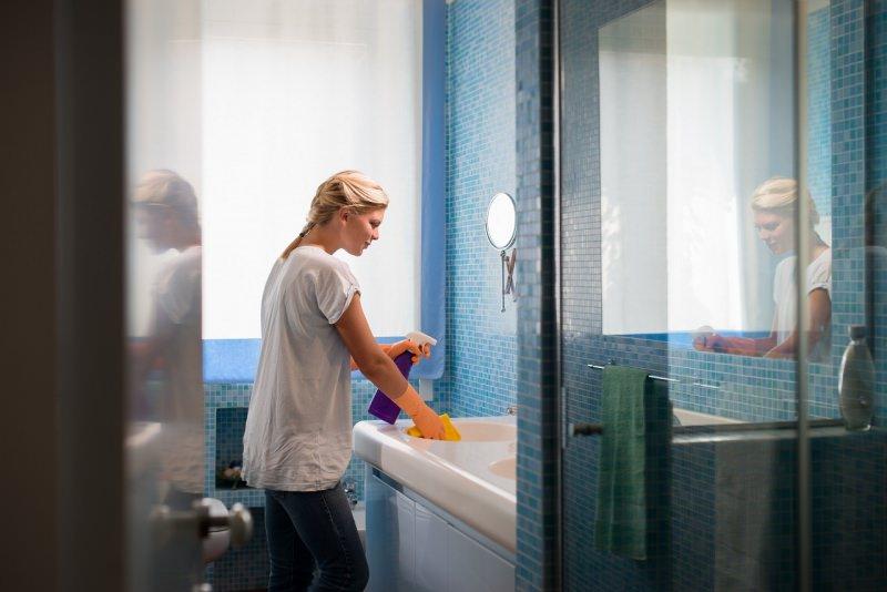 donna pulisce bagno pulizie di primavera
