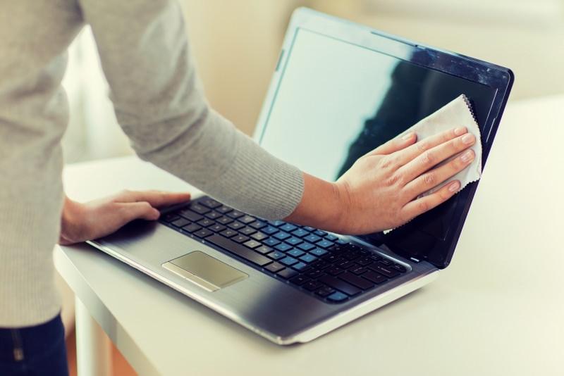 donna pulisce notebook laptop pulizie