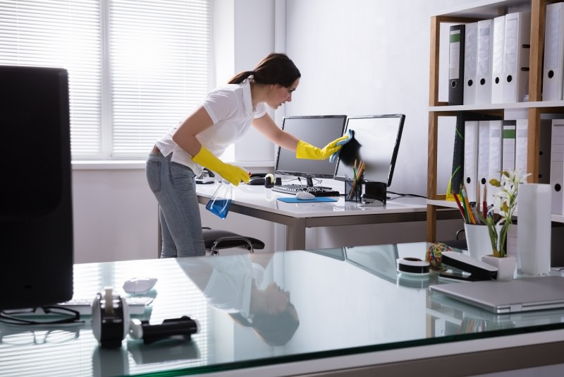 donna pulizie ufficio monitor lcd scrivania guanti computer