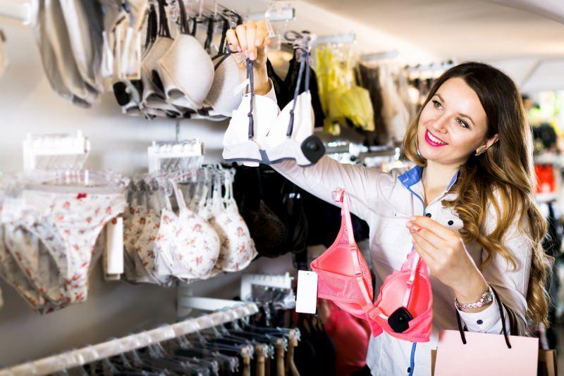 shopping donna sceglie reggiseno lingerie negozio biancheria intima