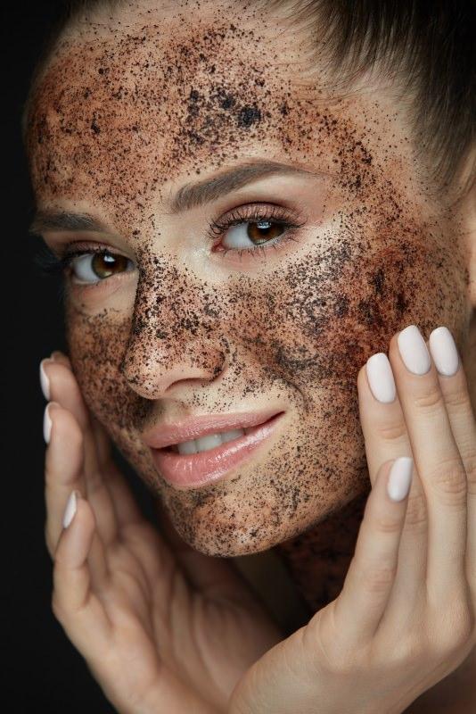 viso bella donna sorriso scrub caffè beauty skin care