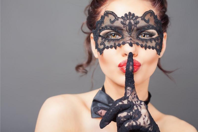 sensualità viso bella donna nascosto maschera pizzo nero shhh indice mano con guanto papillon