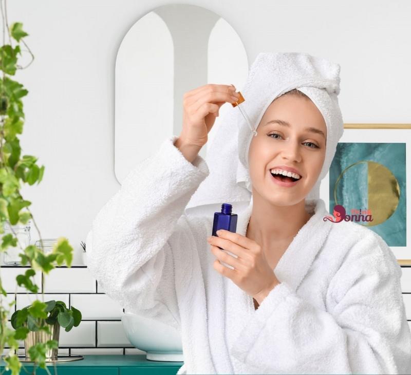 siero viso bellissima donna sorriso denti bianchi bagno pianta rampicante specchio