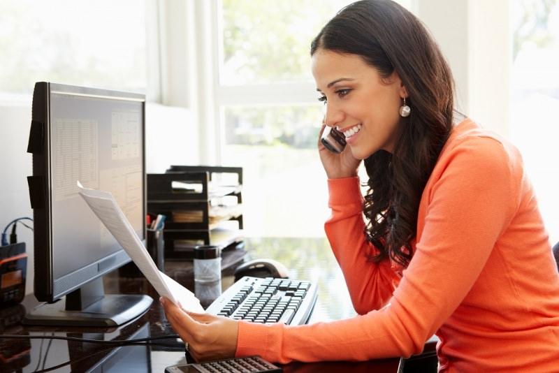 donna parla al telefono lavoro da casa smart working sorriso