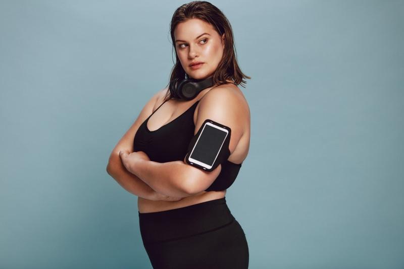 giovane donna sovrappeso abbigliamento fotness