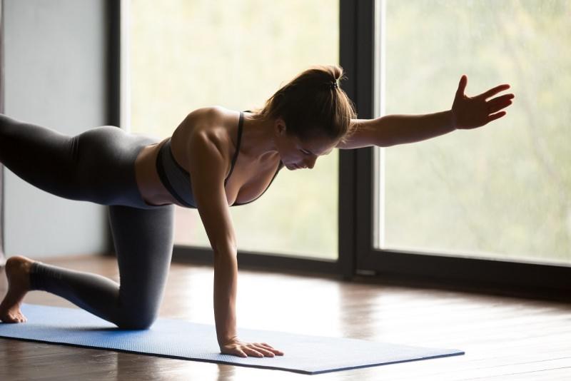 donna fa esercizio fisico glutei sodi