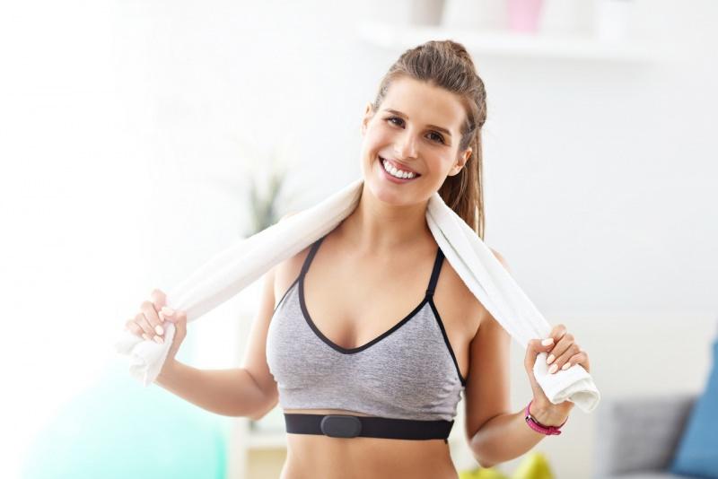 donna sorridente atletica fitness asciugamano