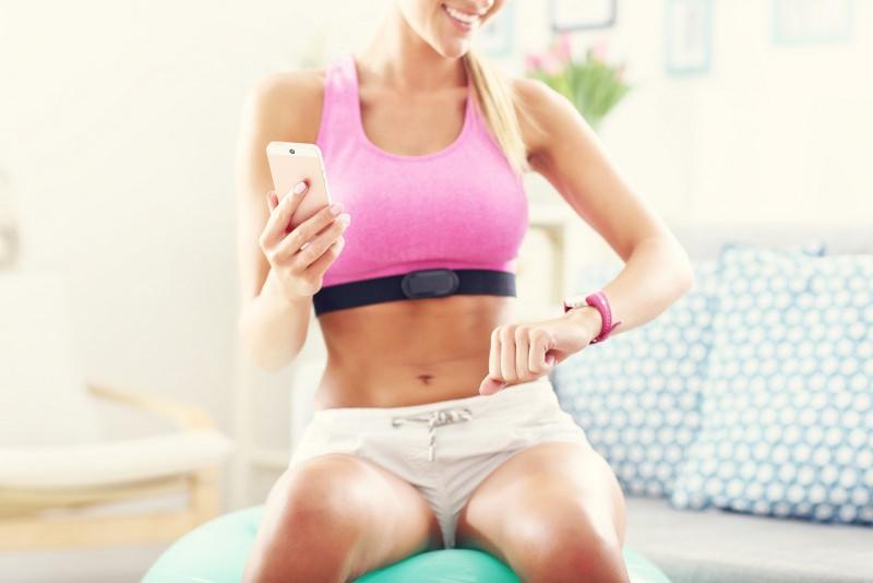 donna bella atletica bel fisico smartphone fittness abbigliamento