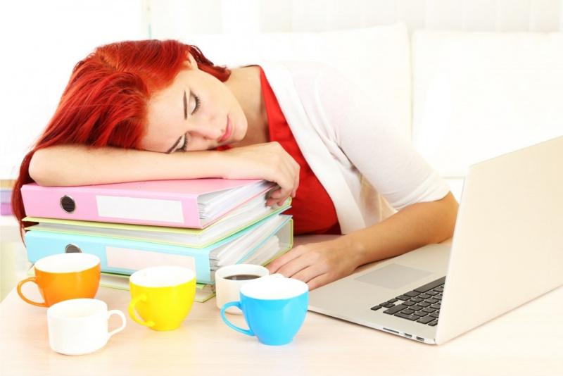donna capelli rossi dorme stressata lavoro ufficio