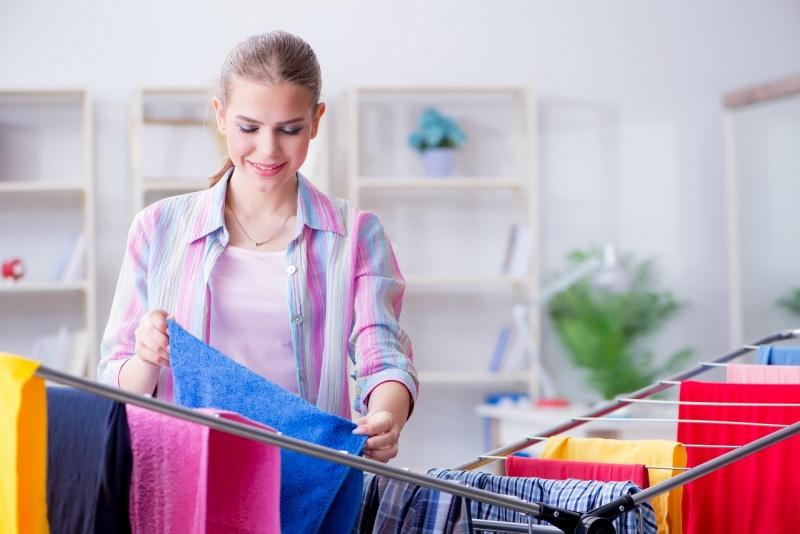 asciugare abiti su stendino biancheria casa