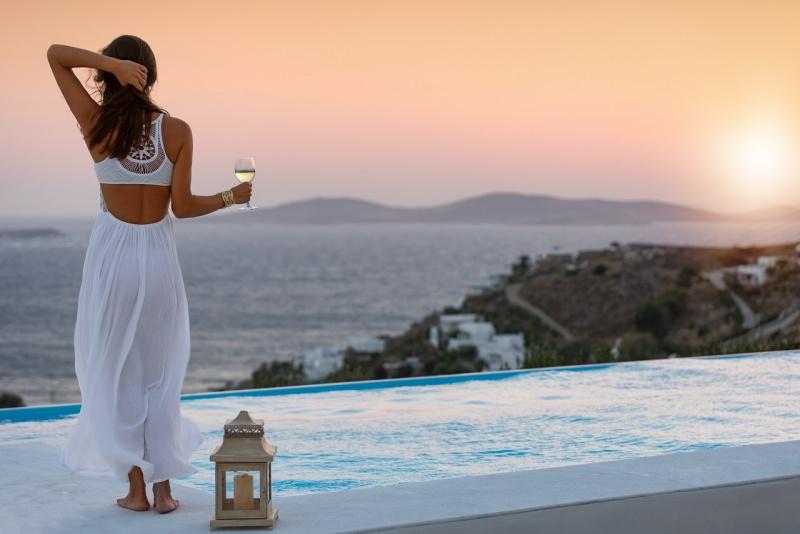 donna abiti estivi mare tramonto top gonna vianca estate bicchiere di vino