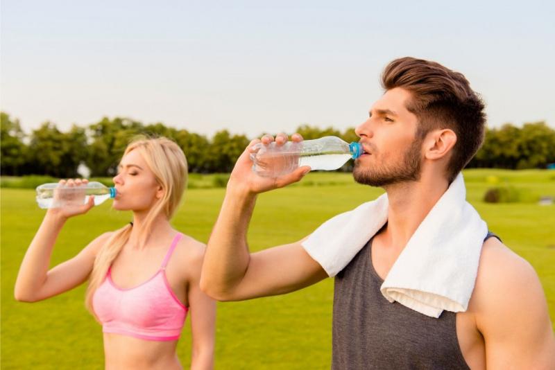 bere acqua uomo donna bevono bottiglia dopo fitness