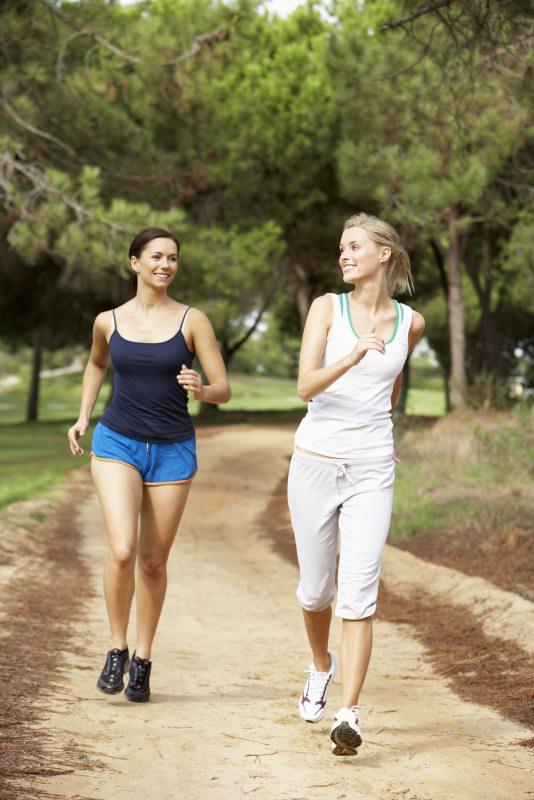 giovani donne fanno fitwalking camminata veloce foresta parco alberi
