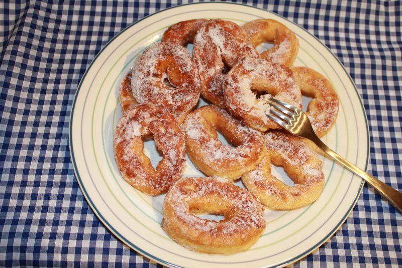 Come fare le Graffe di Carnevale | Ricetta originale napoletana piatto pronto ciambelle zucchero forchetta tovaglia quadri bianco blu