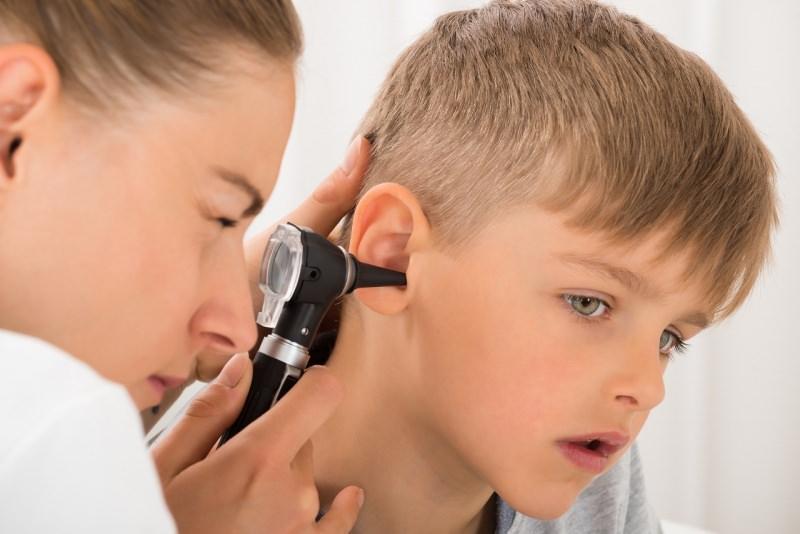 mal dorecchio medico pediatra visita orecchio bambino con otoscopio