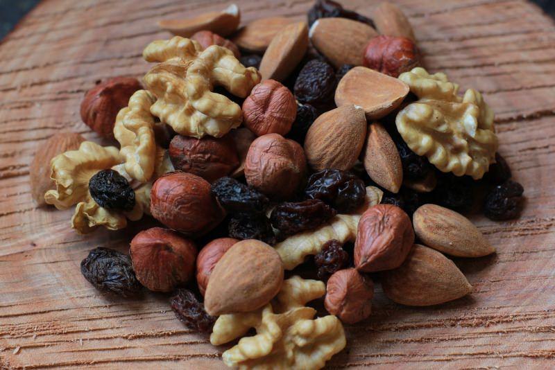Bambini: i primi 5 cibi anti freddo che aiutano a combattere il raffreddore e l'influenza frutta secca noci nocciole mandorle uva