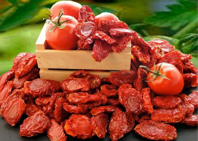 Penne piccanti con pomodori secchi ingredienti ricetta cassetta legno pomodoro rosso essiccato foglie verdi