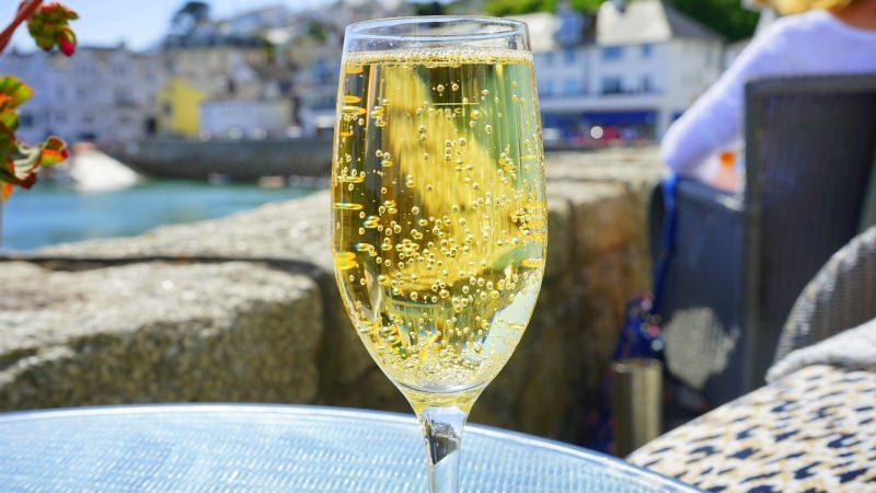 Il giusto vino per il dolce flûte bollicine vino banco spumante vista mare