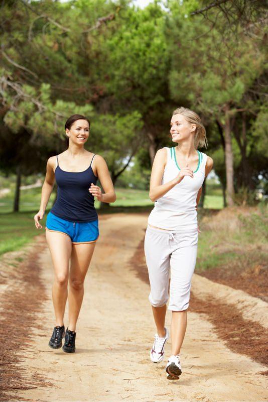 due donne amiche fanno jogging camminata veloce muoversi aperto parco
