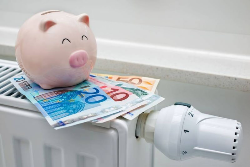Come risparmiare sulle bollette in casa risparmio energetico salvadanaio porcellino rosa maialino pig money euro soldi denaro termosifone riscaldamento
