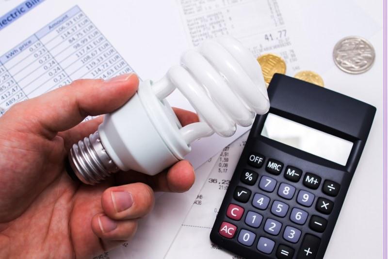 Come risparmiare sulle bollette in casa risparmio energetico lampadine calcolatrice conti scontrino fatture