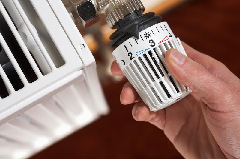 Come risparmiare sulle bollette in casa risparmio energetico termosifone termostato mano