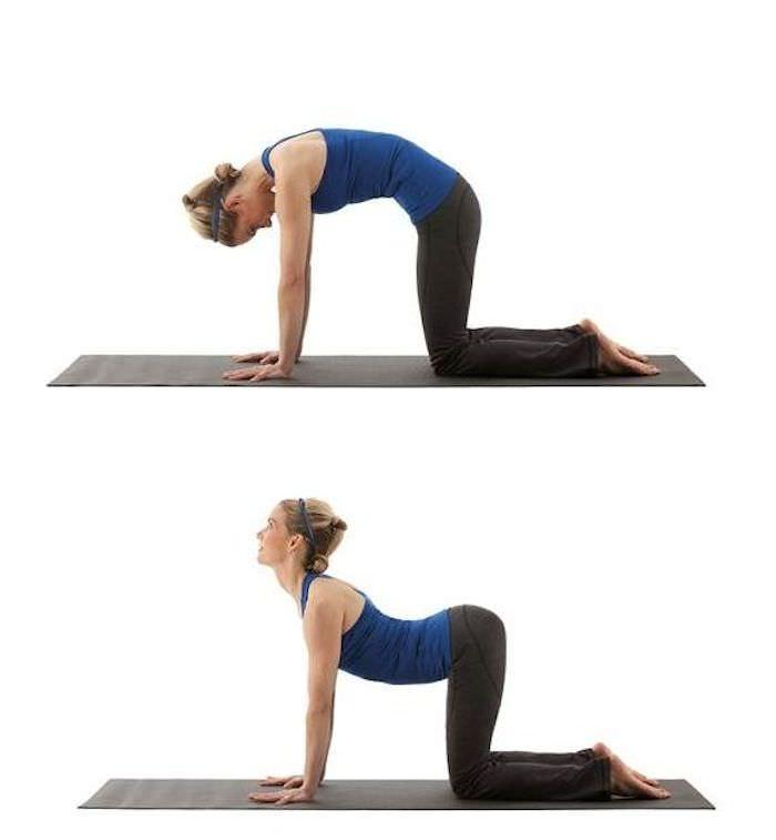 Come fare a casa esercizi fisici al mattino per dimagrire stretching gobba cammello gatto tappeto donna capelli biondi lisci chignon top canotta azzurra blu fitness pantalone nero