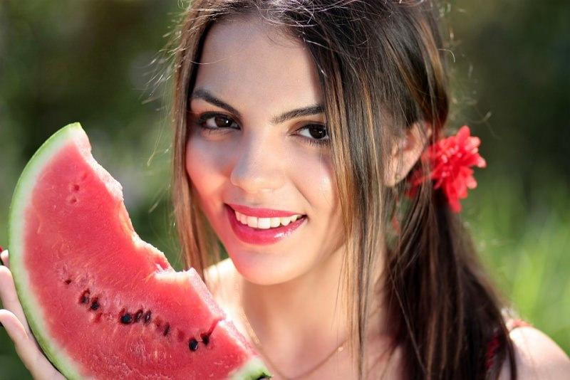 viso donna sorriso fetta anguria dieta estate
