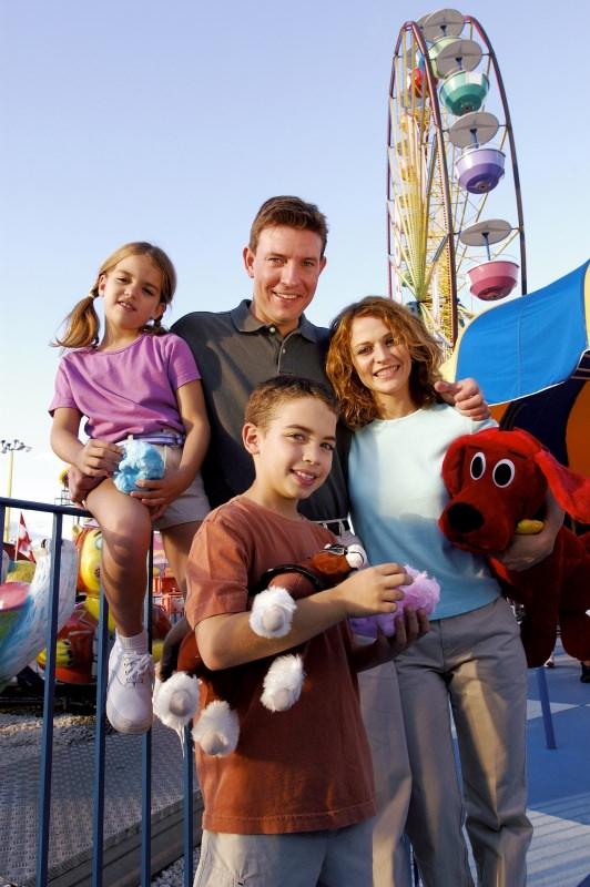 famiglia bambini parco giochi